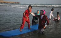 Mladá surfistka láme predsudky moslimského sveta
