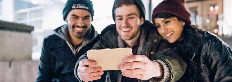 Mladí lidé si kupují oblečení jen kvůli fotce na Instagram. Pak ho vracejí