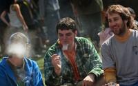 Mladí místo užívání drog tráví více času doma, Češi však drží první místo ve zkušenosti s konopím. Jak jsou na tom Slováci?
