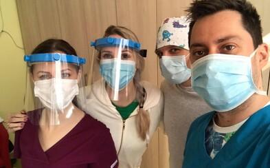 Mladí Slováci pomáhajú s výrobou ochranných štítov pre zdravotníkov. Tlačia ich na 3D tlačiarni