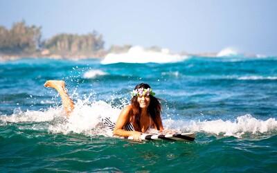 Mladí Slováci vo svete: Alexandra Uzik a jej havajský život na surfe s foťákom v ruke