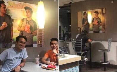 Mladíci vyvesili na prázdnu stenu v McDonald's plagát s ich podobizňou. Obsluha si to všimla až po 51 dňoch