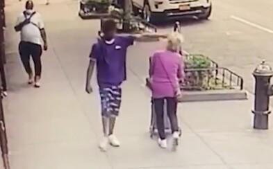 Mladík bezdôvodne zhodil na zem 92-ročnú starenku a odkráčal preč. Žena spadla hlavou na hydrant