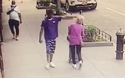 Mladík bezdůvodně shodil na zem 92letou stařenku a odkráčel pryč. Žena spadla hlavou na hydrant