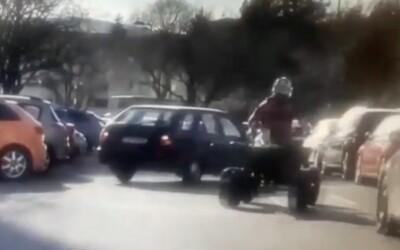 Mladík na čtyřkolce při útěku před policií driftoval mezi auty. Lidé jen odskakovali, děti padaly z kol