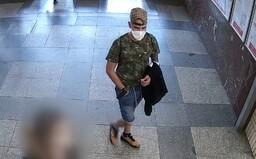 Mladík na nádraží v Praze masturboval před teenagerkou, načež ji sexuálně napadl. Policie po něm vyhlásila pátrání