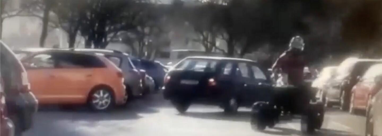 Mladík na štvorkolke pri úteku pred políciou driftoval medzi autami. Ľudia len odskakovali, deti padali z bicyklov