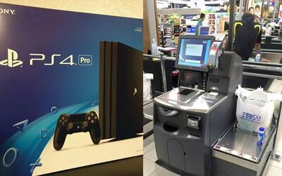 Mladík si u samoobslužné pokladny koupil PlayStation 4 za 9,29 eura. Namarkoval ho jako ovoce a zeleninu