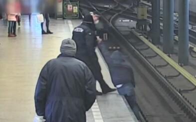 Mladík si v metru na Černém Mostě krátil cestu přes koleje. Jsem tu poprvé a nevím, jak to tu chodí, hájil se policistům