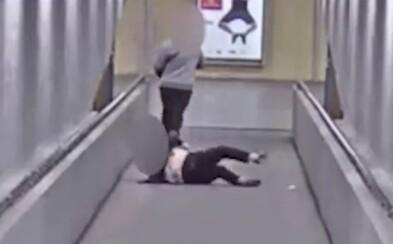 Mladík v Ostravě bezcitně skopl důchodkyni na zem a ukradl jí kabelku. Po loupeži šel rovnou do herny