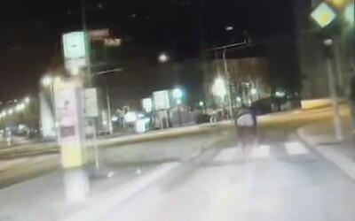 Mladík vystrčil zadek na policisty. Nejsem z Brna, nevím, jak to tady chodí, bránil se
