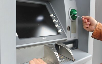 Mladík z Mostu zaslechl PIN karty, pak z ní ukradl 300 tisíc. Většinu prohrál na automatech