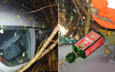 Mladík z Vranova mal 2 promile, tak po sto metroch nechal šoférovať kamaráta. Ten s 1,2 promile prevrátil auto na strechu