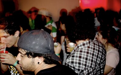 Mladý Američan sa zúčastnil korona párty, myslel si že COVID-19 je výmysel. Na večierku sa nakazil a zomrel