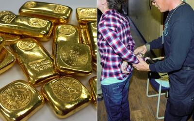 Mladý pár pašoval dva kilogramy zlata v konečníku. Celníci si všimli jejich zvláštního stylu chůze a zatkli je