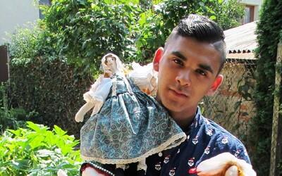 Mladý Róm nemal prácu, a tak začal šiť oblečenie pre ľudí v osade. Za sebou má už prvú módnu prehliadku