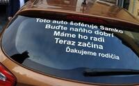 Mladý Slovák sa musí voziť s vtipným nápisom na zadnom skle, ktorý mu tam nalepili rodičia. Vraj naňho vodiči nemajú byť zlí