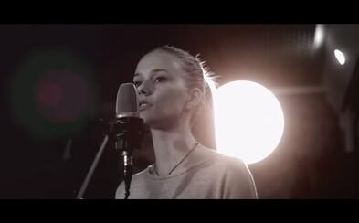 Mladý spevácky talent Laura Belicová predstavuje akustický cover na skladbu Read All About It