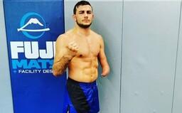MMA bojovník s jednou rukou zápasí v jedné z největších organizací na světě. Bil se i s dnešní hvězdou UFC