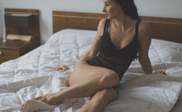Mnohé ženy nedokáží dosáhnout orgasmu kvůli vlastnímu mozku. Stále přemýšlejí a proto se neumí naplno uvolnit a užívat si