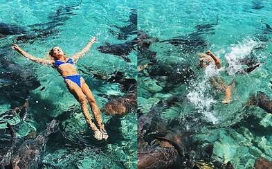 Modelka takmer prišla o ruku pri pózovaní so žralokmi na Bahamách. Ignorovala upozornenia, lebo chcela výnimočnú fotku
