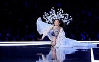 Modelka zažila na show Victoria's Secret hrozivý pád. S trapasem si poradila brilantním způsobem