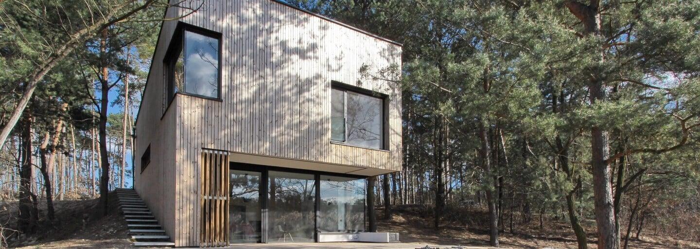Moderná chata na Záhorí v obkľúčení borovicových lesov a jazera, ktorá bude ašpirovať na najkrajšiu stavbu roka
