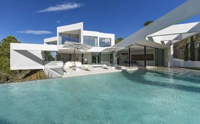 Moderné sídlo na pobreží Ibizy, z ktorého budeš mať hladinu mora ako na dlani