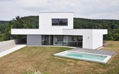 Moderné útočisko s bazénom na okraji mesta od českých architektov, ktorí svoju prácu očividne milujú