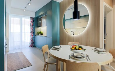 Modernému bývaniu mladej rodiny v Trnave dominuje škandinávsky štýl a výrazné farebné akcenty