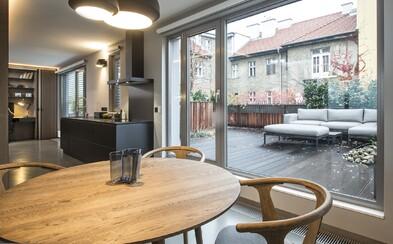 Modernou dýchajúci byt s centrom Bratislavy za chrbtom. Mladí ľudia sú nároční, ale vkus im nechýba