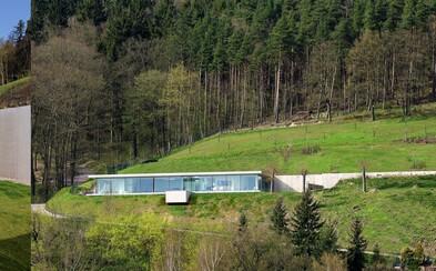 Moderný dom na kopci, ktorému nechýba prepojenie s prírodou, skvelé výhľady a ani skromný bazén