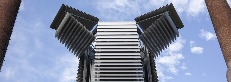 Moderný stĺp v Pekingu plní dôležitú úlohu pri čistení okolitého vzduchu