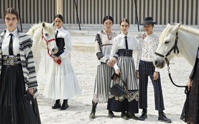 Módna prehliadka Dior Cruise 2019 sa uskutočnila v stajni. Exkluzívne róby predvádzali modelky počas jazdy na koňoch