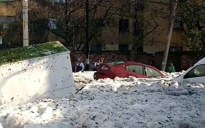 Mohutné kroupy vytvořily v Mexiku 1,5metrovou pokrývku ledu