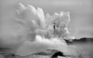 Mohutné vlny pohlcujú maják
