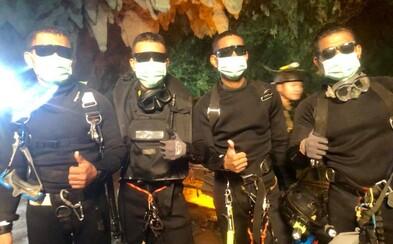 Momentka štyroch thajských elitných potápačov obletela svet. Z jaskyne vyšli ako poslední až po záchrane všetkých chlapcov