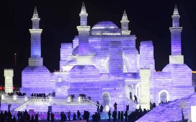 Monumentálny ľadový festival v Číne, rozprestierajúci sa na ploche väčšej ako 112 futbalových ihrísk, vyráža dych