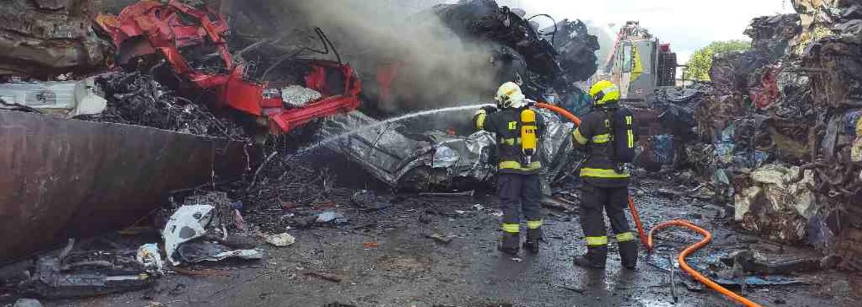 Moravský Krumlov zachvátil požár. Hoří autovraky