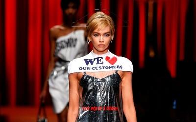 Moschino predáva igelitový obal na bielizeň z čistiarne v podobe šiat za 730 dolárov