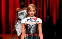 Moschino prodává igelitový obal na spodní prádlo z čistírny v podobě šatů za 16 000 Kč