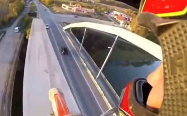 Motorkár prešiel po mostnom oblúku v Bytči, video už skúma polícia