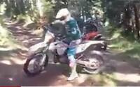 Motorkáři se projížděli po chráněné oblasti v Krkonoších