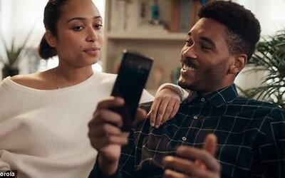 Motorola v nové reklamě zničila Apple i Samsung. Zákazníkům vzkazuje, aby si konečně vybrali pořádný mobil