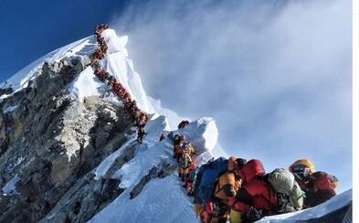 Mount Everest je taký preplnený, že pri schádzaní z vrcholu tam zomierajú horolezci. Až 12 hodín čakali v ľudskej zápche