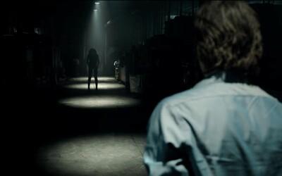 Mrazivý horor Lights Out vám v druhom traileri pripomenie, že tma v sebe skrýva stelesnenie vášho strachu