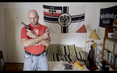 Mrazivý portrét neonacistu vás môže zabaviť alebo rozrušiť. Rozhodne však nikoho nenechá chladným (Recenzia)