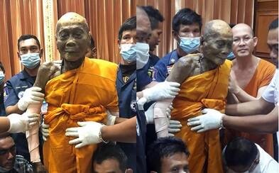 Mŕtvy budhistický mních sa usmieva aj 2 mesiace po tom, čo bol pochovaný. Po vytiahnutí z truhly nemohli prítomní uveriť vlastným očiam