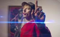 Můj život je trash, říká Logic v novém videoklipu Nevzlátejte. Album Sbohem Roxano vyjde už za několik dní
