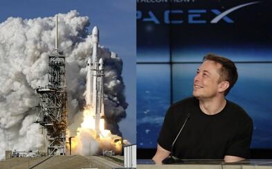 Muskova raketa Falcon Heavy úspěšně odstartovala a vyletěla do vesmíru. Přinést má epické pohledy